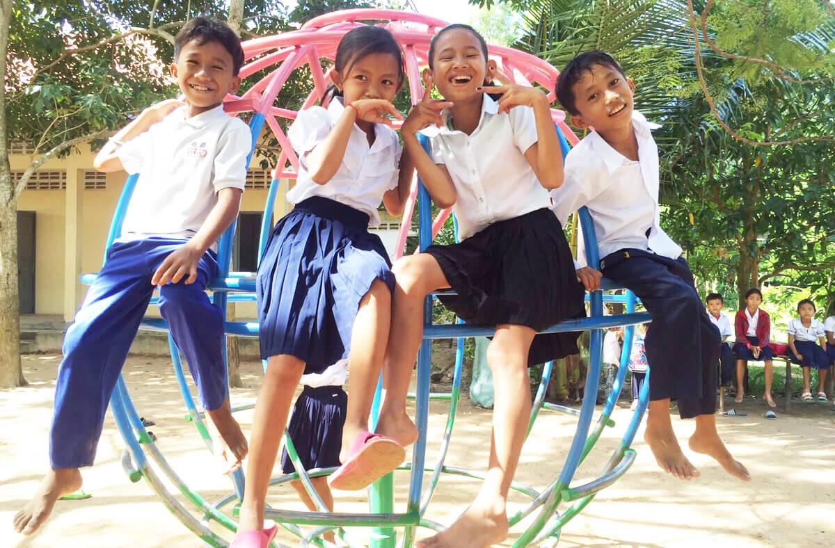 グローブジャングル(回転遊具)と子どもたち